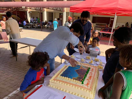 Cuttng of Alice Springs jubilee cake 2019 450