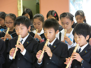 Japanese-school-visit---playing-recorder---350